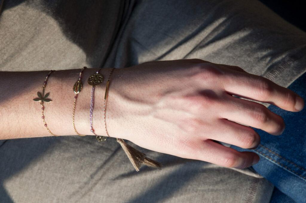 Bracelet libellule doré or fin 24kt et grenat Natacha Audier Paris